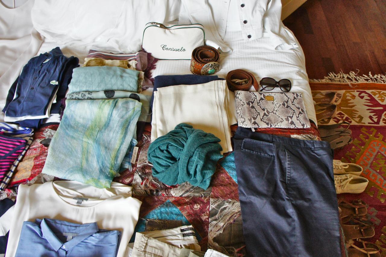Os acessórios: echarpes e pashminas para o ar-codicionado, uma clutch esportiva para sair, cintos e óculos escuro.