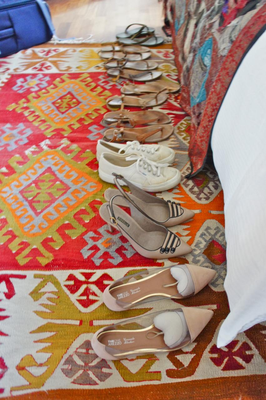 Para as malas eu acredito na lei dos 3 sapatos: uma para andar, um para a chuva e um salto para a noite.  Mas no verão, as rasteirinhas ocupam tão pouco espaço, que sempre me permito trazer mais peças!...