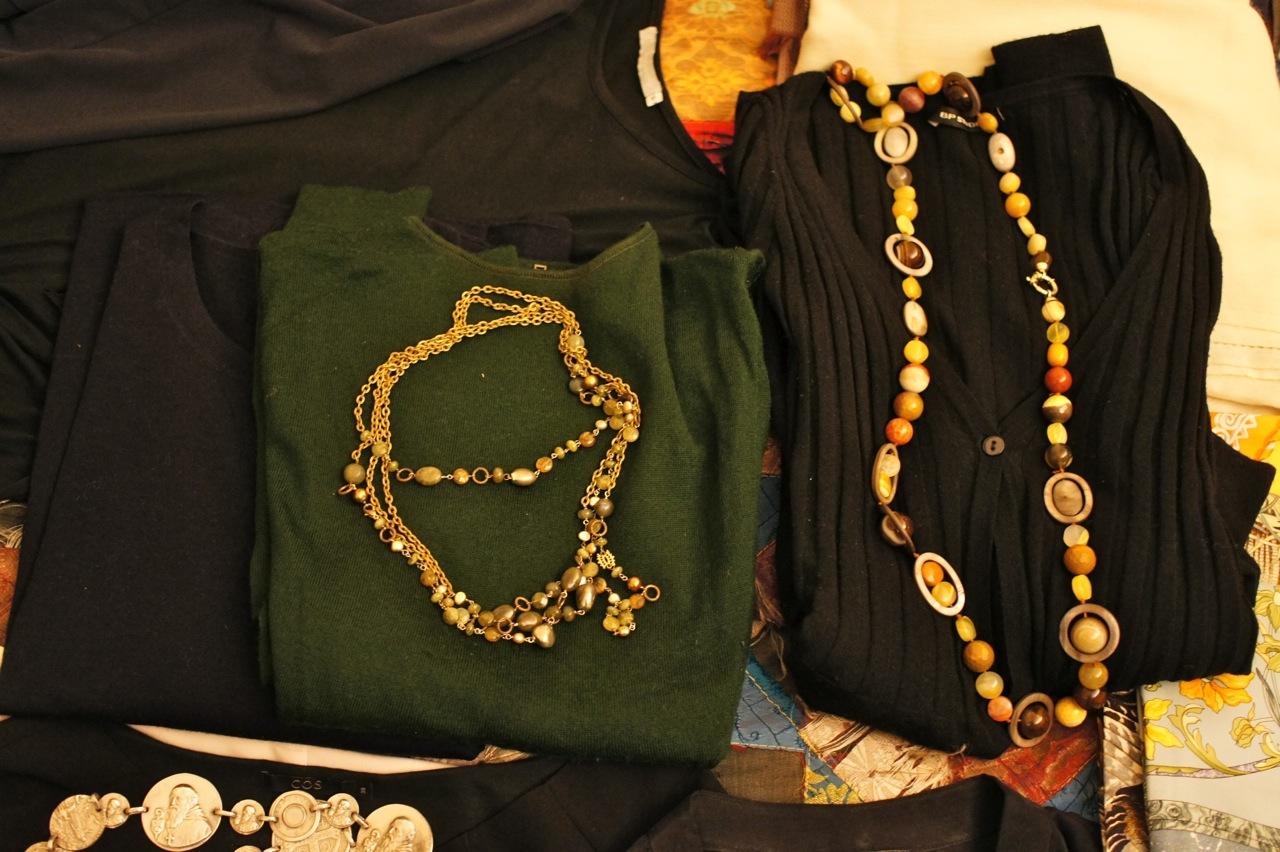 E também coloquei dois suéters de lã, verde e marinho