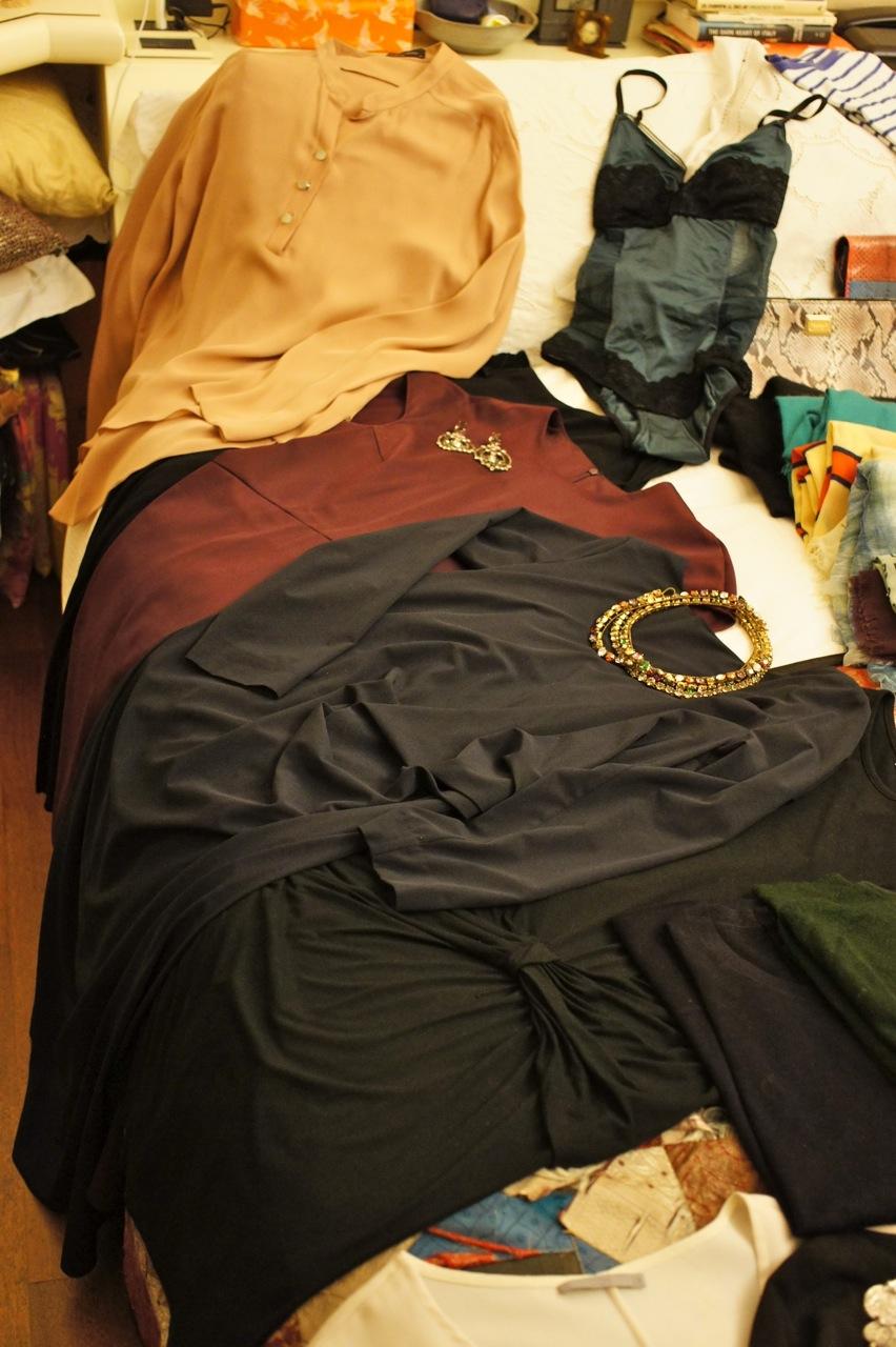 Alguns vestidos básicos, uma camisa de seda e um body que não marca nos vestidos.