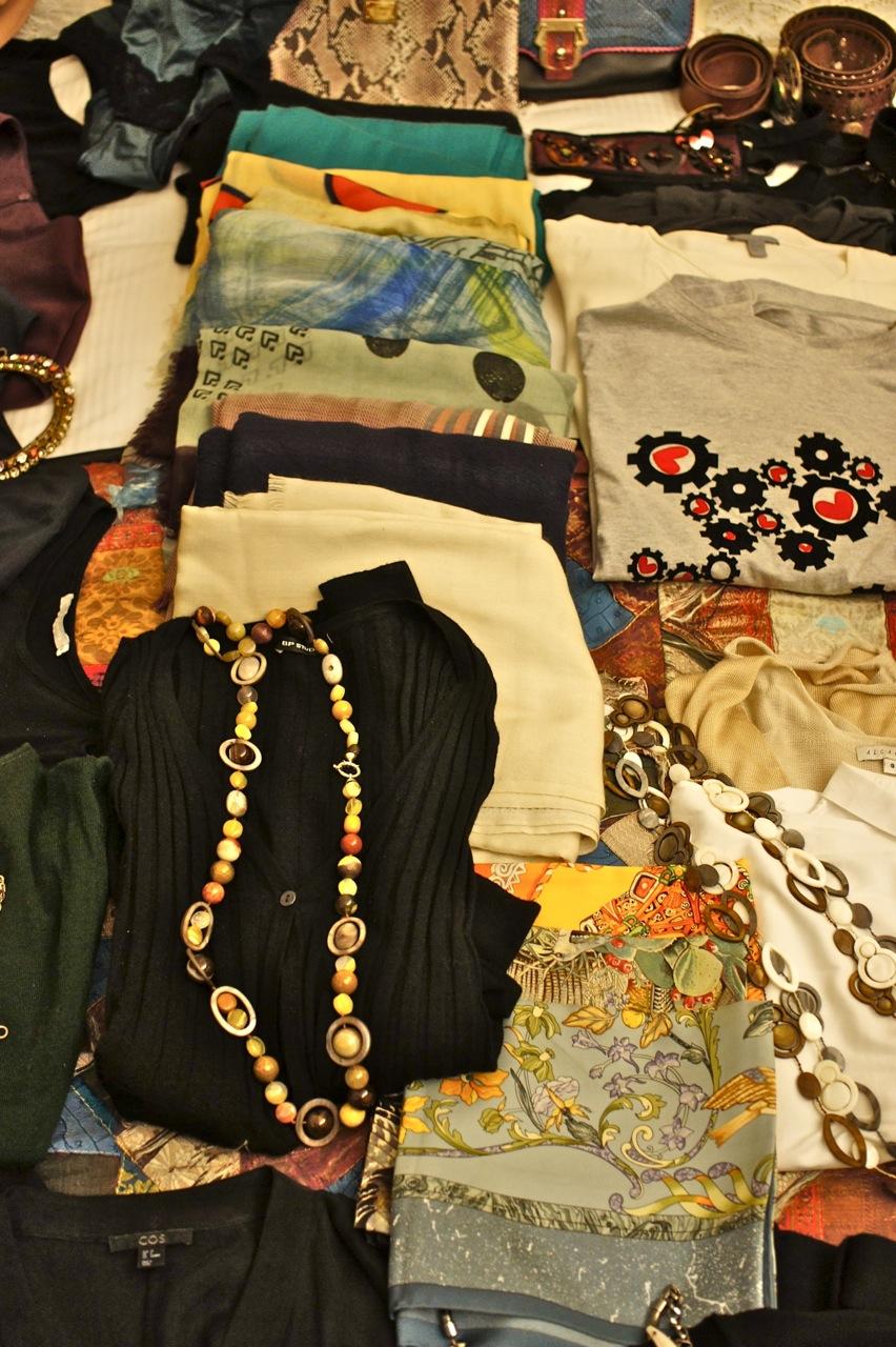 Um montalhão de pashmina e lenços de seda para usar de cinto e no pescoço.