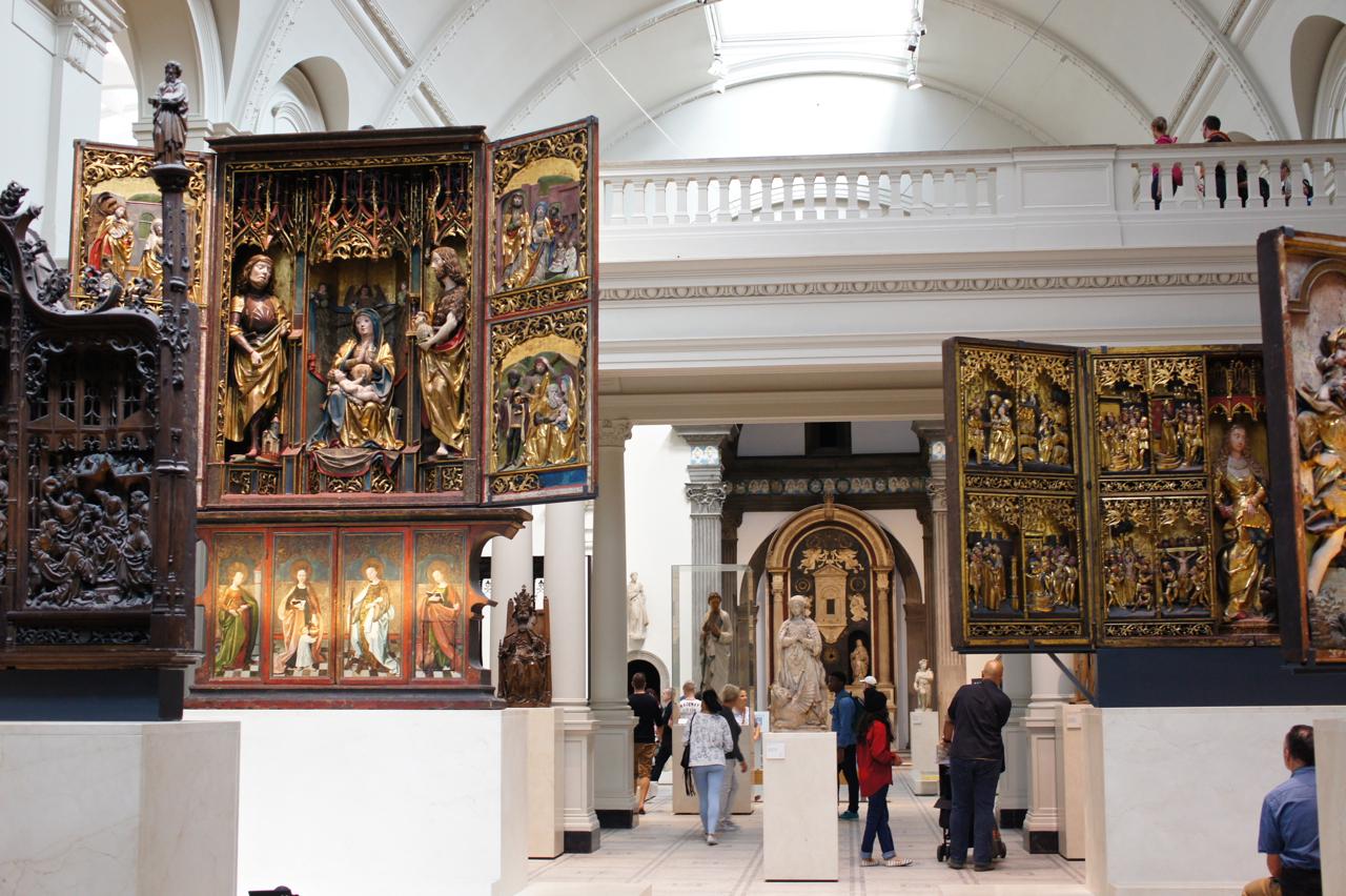 Estas quatro peças do século XV, italianas e alemãs, trípticos em madeira, são de uma beleza comovente e incrivelmente bem expostos.