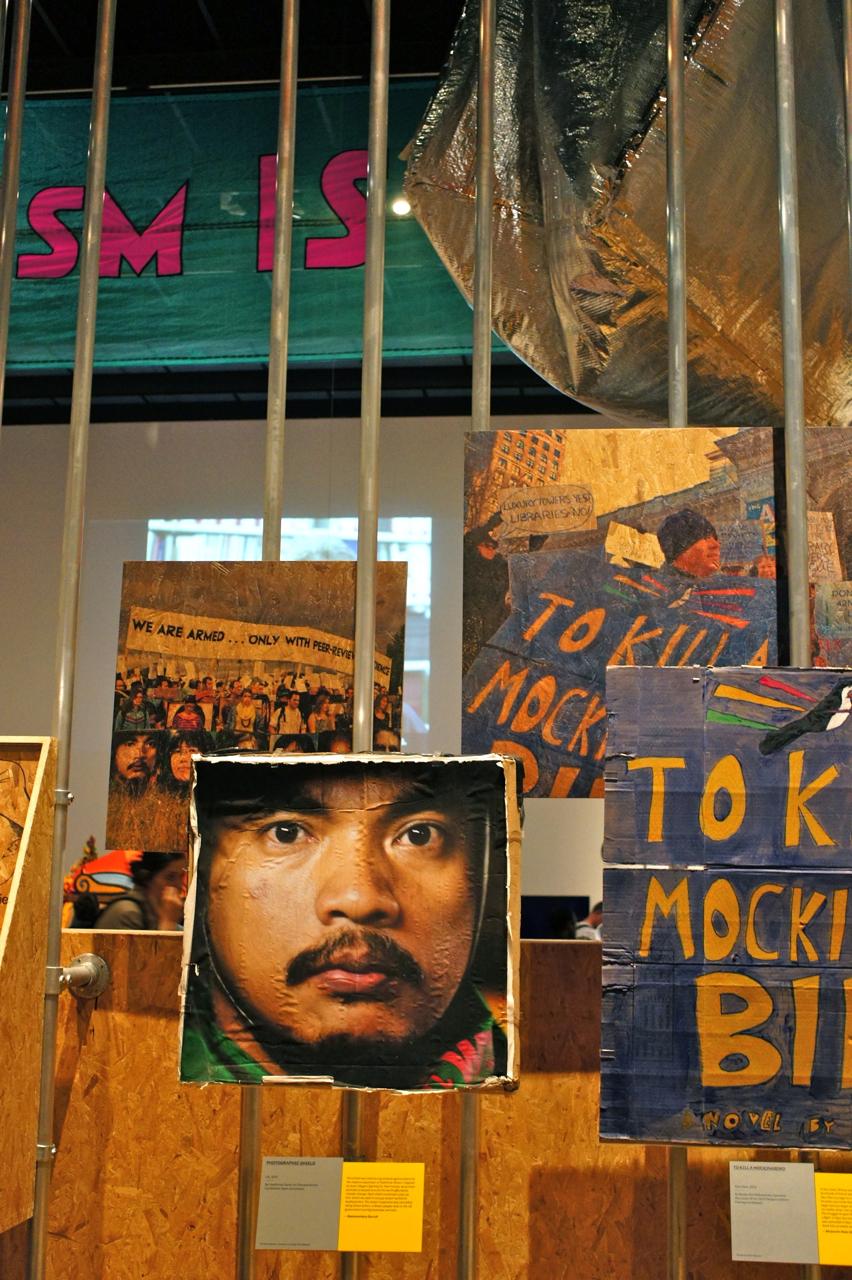 Cartazes com capas de livros para prevenir a destruição de bibliotecas.  Quando os policiais agrediam os demonstradores, agrediam os livros diretamente!