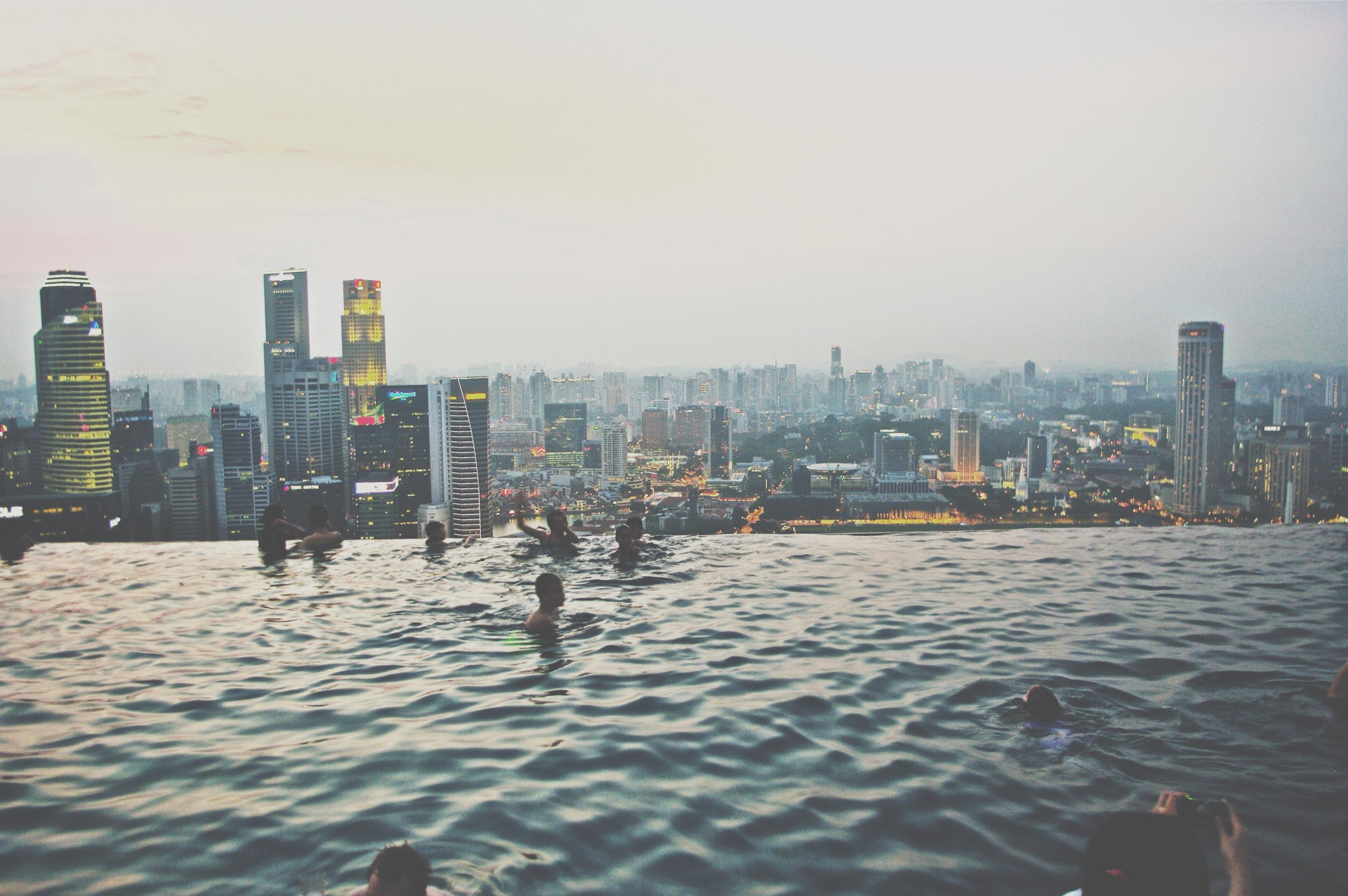 Outro destino imperdível no sudeste asiático é Cingapura, um grande exemplo da cidade moderna! Essa semana, o país completou 49 anos de independência! Antes, essa ilha era território malaio, e só tinha florestas tropicais! Hoje, é uma das cidades-Estado com mais arranhas-céus do mundo, com uns dos principals portos da Ásia!  Essa foto foi tirada na piscina do hotel Marina Bay Sands, com borda infinita, e a melhor vista da cidade!