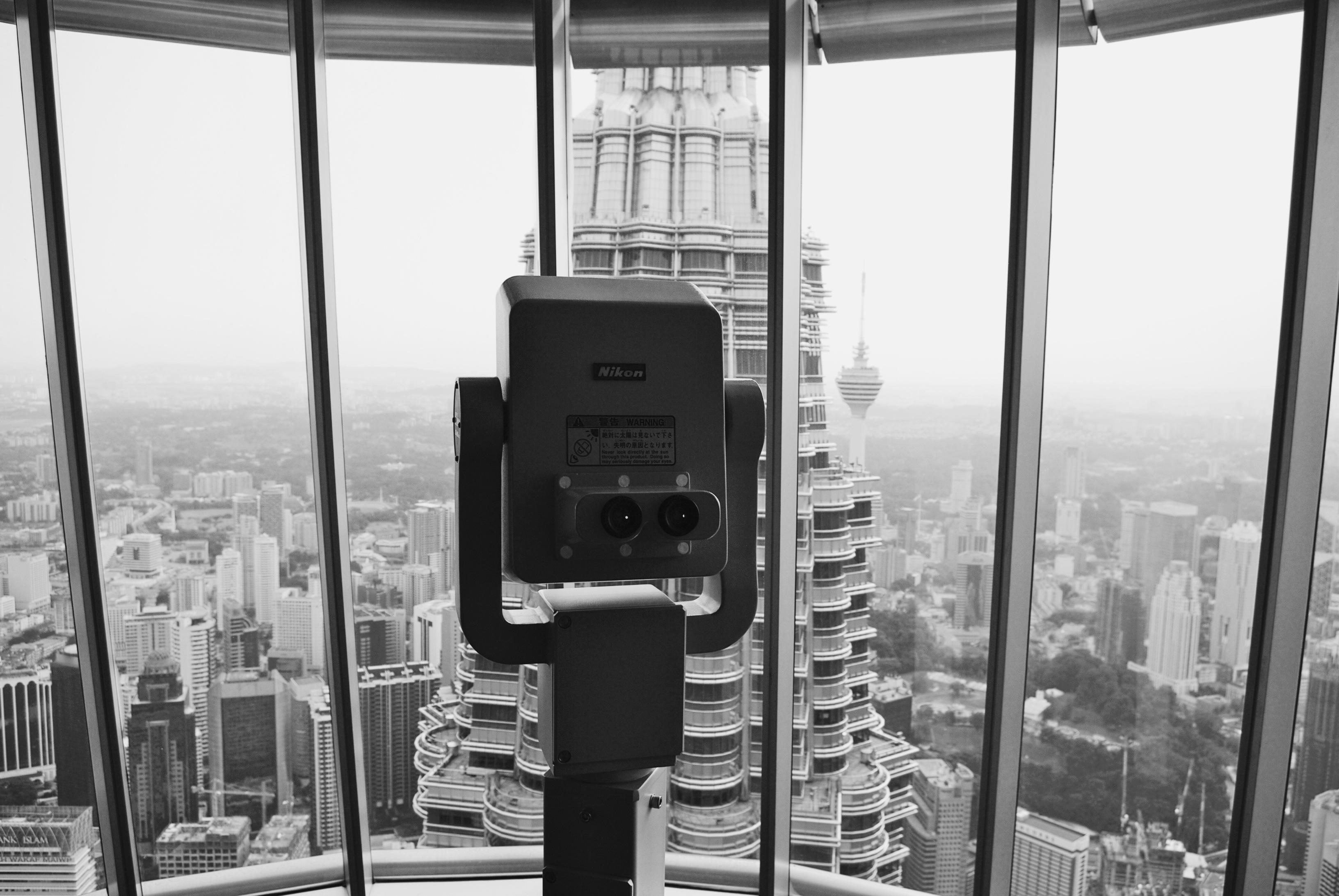 Desde os cinco anos de idade que eu sonhava em conhecer Kuala Lumpur, pois tinha uma amiga de infância na escola, que era da Malásia e ela sempre me falava sobre as famosas torres gêmeas,as Petronas Twin Towers. Em 2012, depois de muitos anos, nossa família reencontrou com esses amigos malaios em Kuala Lumpur, e visitamos as torres juntos. Do observatório, pode-se ver outra torre, exatamente paralela, e a ponte que as conecta, além de toda a cidade de Kuala Lumpur. O sudeste asiático é uma região fascinante, com culturas muito interessantes, e diferentes da nossa. E eu adoro viagens assim, aonde se aprende mais sobre a vida das pessoas do outro lado do mundo!  Consuelo, mais uma vez, obrigado pela iniciativa! Bjs, Daniel www.myworldatyourfingertips.com