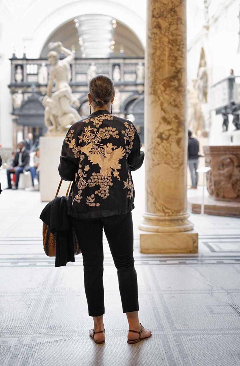 Linda foto do Roberto Leone. Eu na frente da ala de arte antiga Romana e do renascimento.