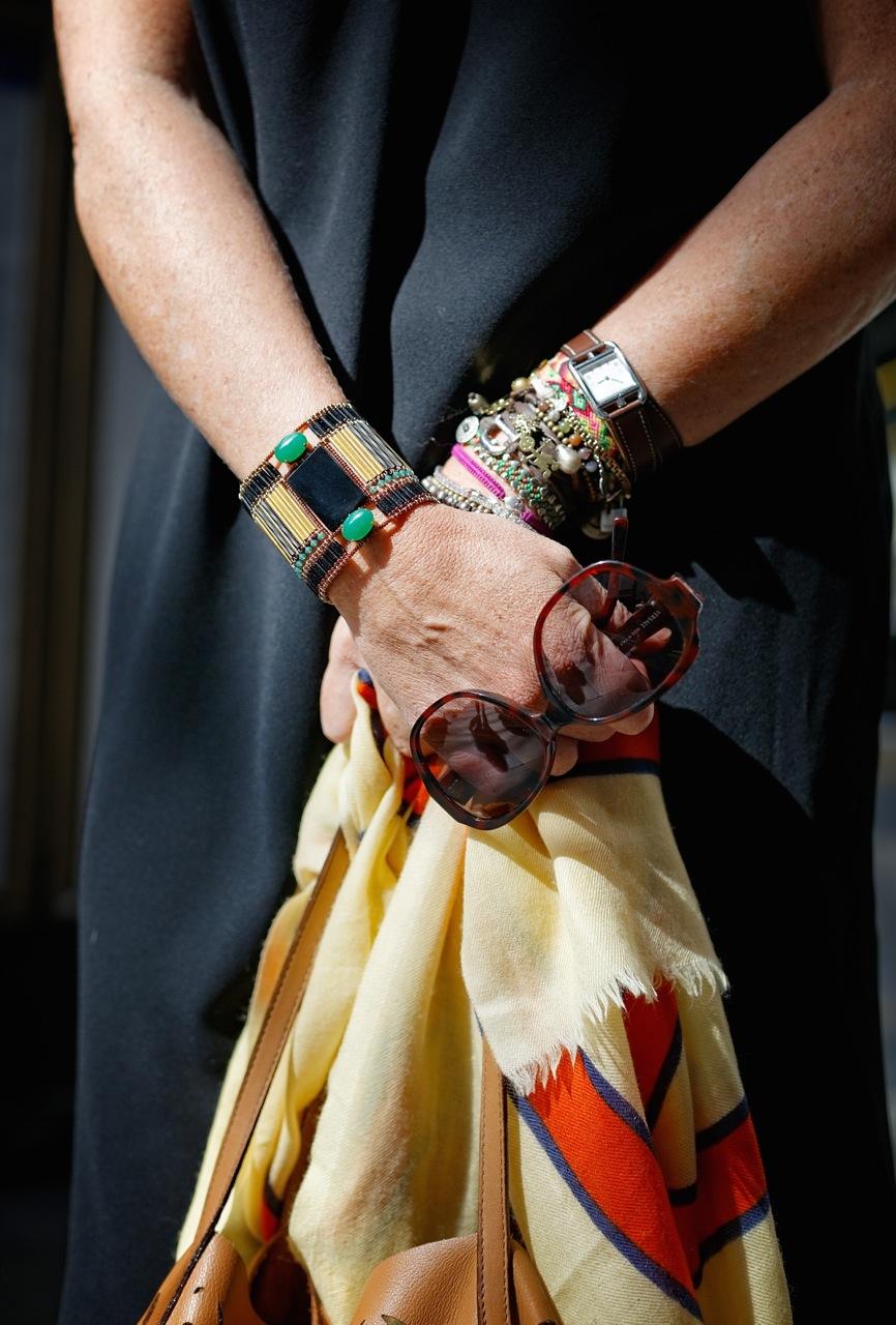 Pulseira Caleidoscópio, relógio Hermés, pashmina Rubinacci, óculos Versace.