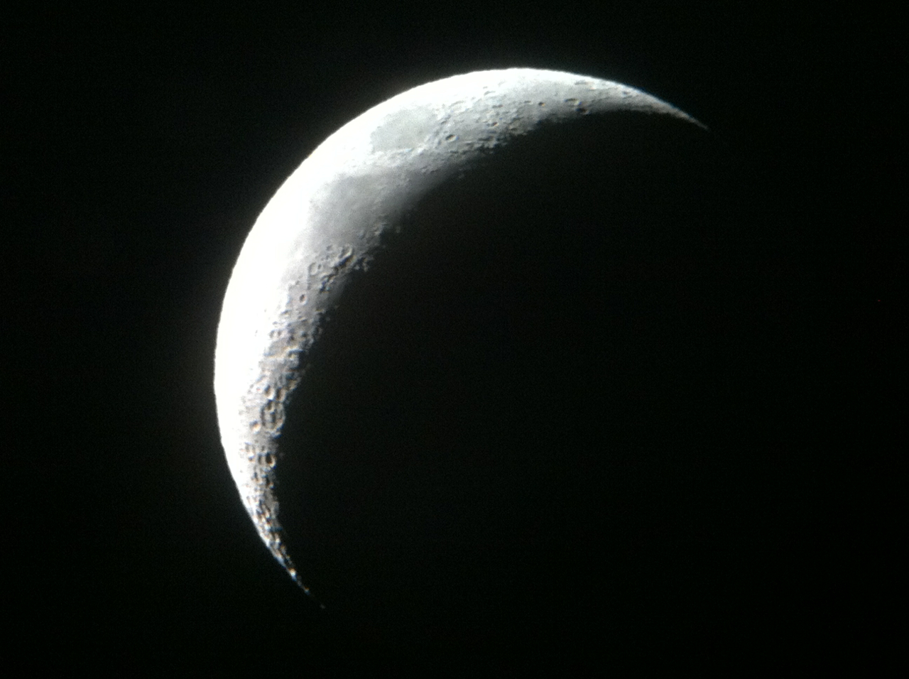 E à noite, jantarzinho caprichado, com vinho! e tour astronômico: a lua clicada pelo meu celular através de um dos telescópios