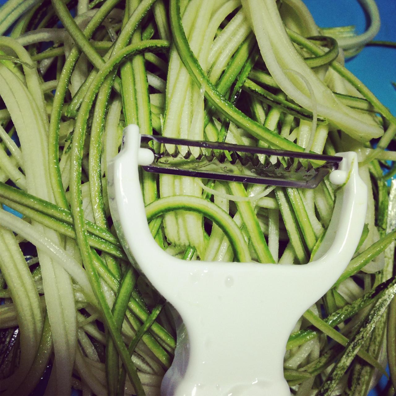 Duas opções de aparelhos para fazer o macarrão de abobrinha. Nada impede de usar outras verduras também!!