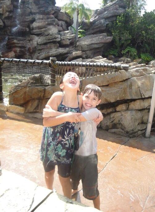 Adorei a idéia! Sua fotos são sempre maravilhosas! Meus filhos, 2012, na saída da Splash Mountaim, na Disney. A viagem até tem fotos mais bonitas... Mas essa é a imagem do que foi o passeio! Uma felicidade para todos! Sempre volto a ela quando quero resgatar esse espírito. Bj Carla