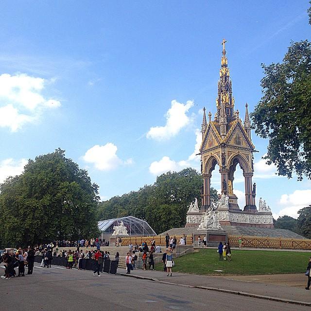 Chegando ao tendão onde seria o desfile da Burberry no Kensington Garden de Londres.