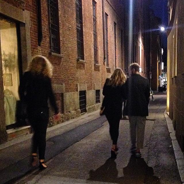 Esbarramos com Stefano Pilati braço no braço com Kate Moss.