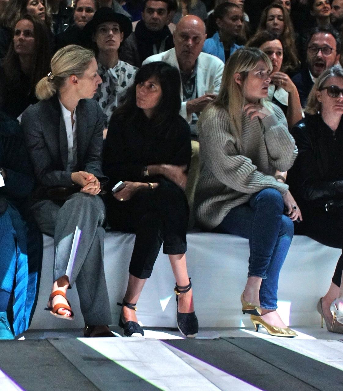 A editora da Vogue França, Emanuelle Alt, também adere aos sapatos baixos com a sua espadrilha chiea de charme.  Ela até colocou uma tornozeleira.  Adorei!
