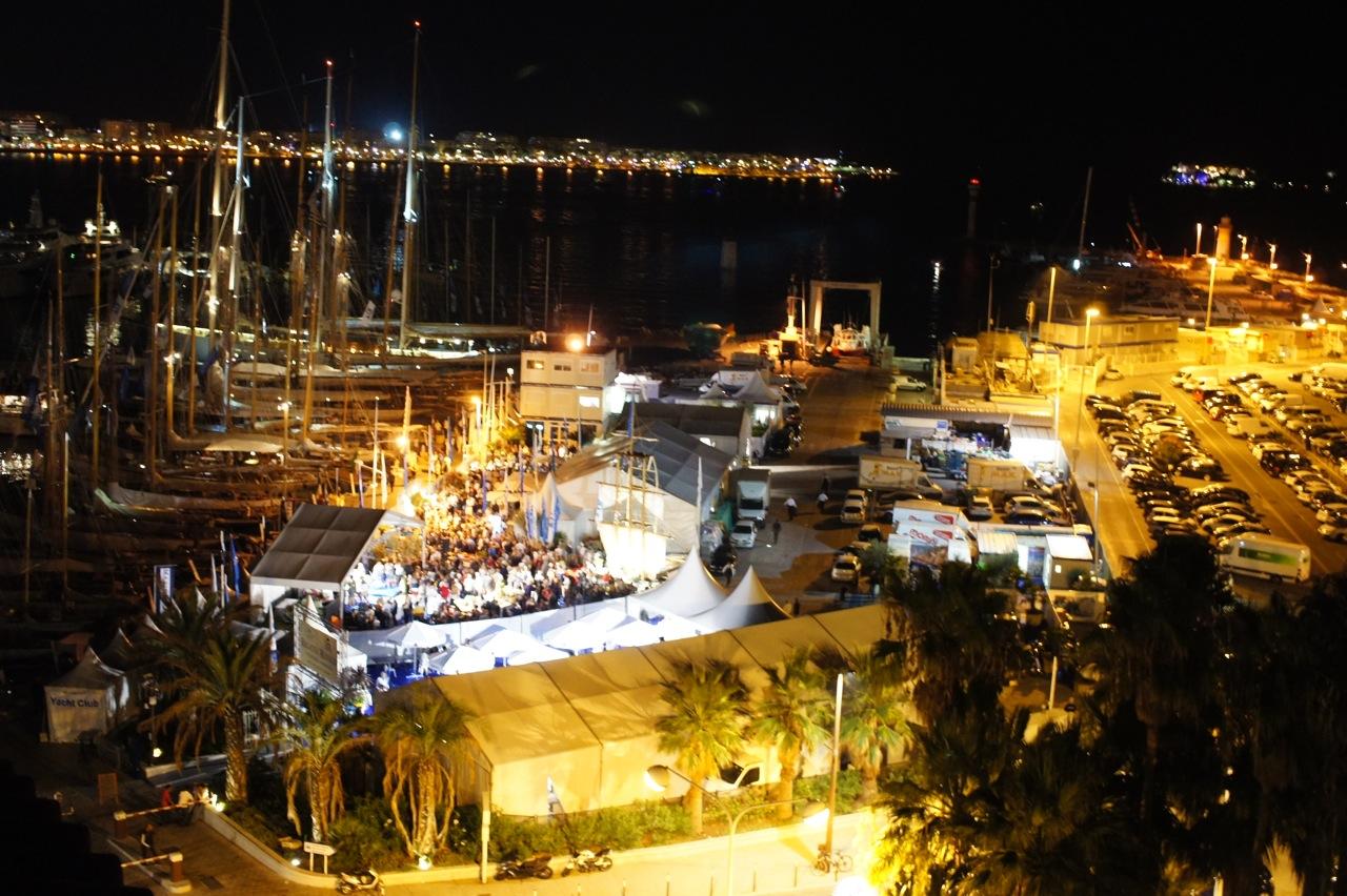 Fomos no bar do último andar do hotel que tem esta vista do porto. Embaixo a festa...