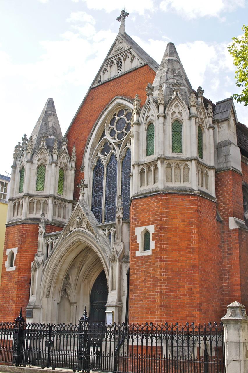 Andando e, de repente, nos damos com uma igreja linda, linda assim!!