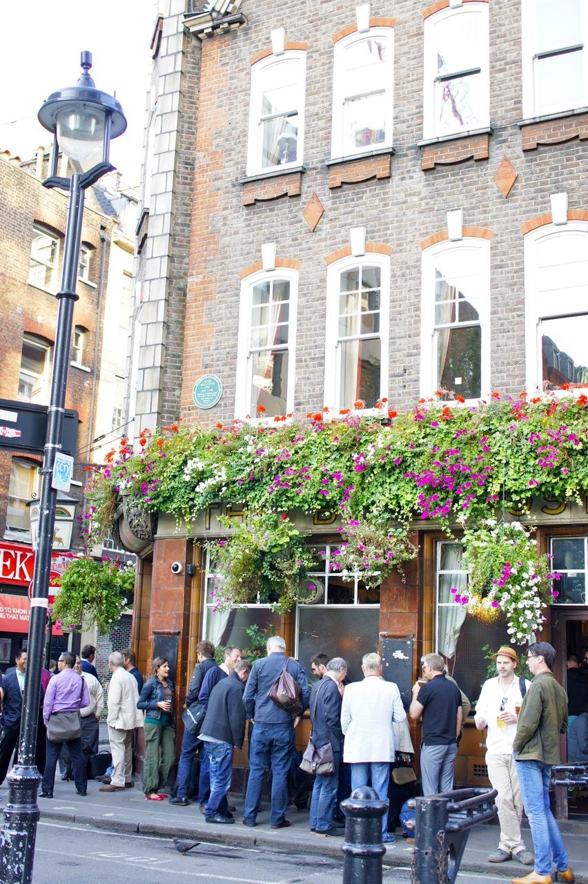 A tardinha sempre se encontra os Pubs cheios e gente transbordando nas ruas.