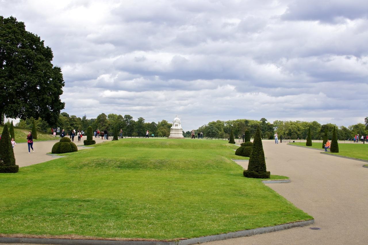 O palácio fica nos Kensington gardens.  Tem uma lojinha com souvenirs lindos e um restaurante gracinha!!