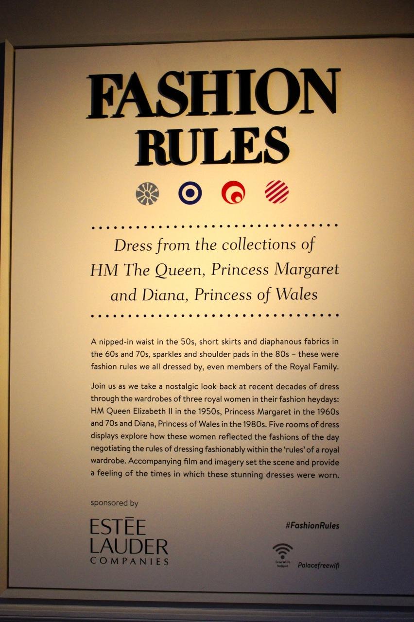 """Uma cintura marcada nos anos 50, saias curtas e tecidos diáfanos na década de 60 e 70, brilhos e ombreiras nos anos 80 - Estas foram as regras da moda que todos seguíamos, até mesmo membros da família real.  Una-se a nós neste passeio nostálgico de décadas  recentes do vestir através dos guarda-roupas de três mulheres da realeza em seus tempos áureos da moda: Rainha Elizabeth II em 1950, a Princesa Margaret nos anos 1960 e 70 e Diana, Princesa de Gales em 1980. Cinco salas  vestidos exploram como essas mulheres seguiam as modas do dia negociando as regras do vestir, elegantemente, dentro das """"regras"""" de um guarda-roupa real. Filmes acompanham as peças para ilustrar os tempos em que estes vestidos deslumbrantes foram usados."""