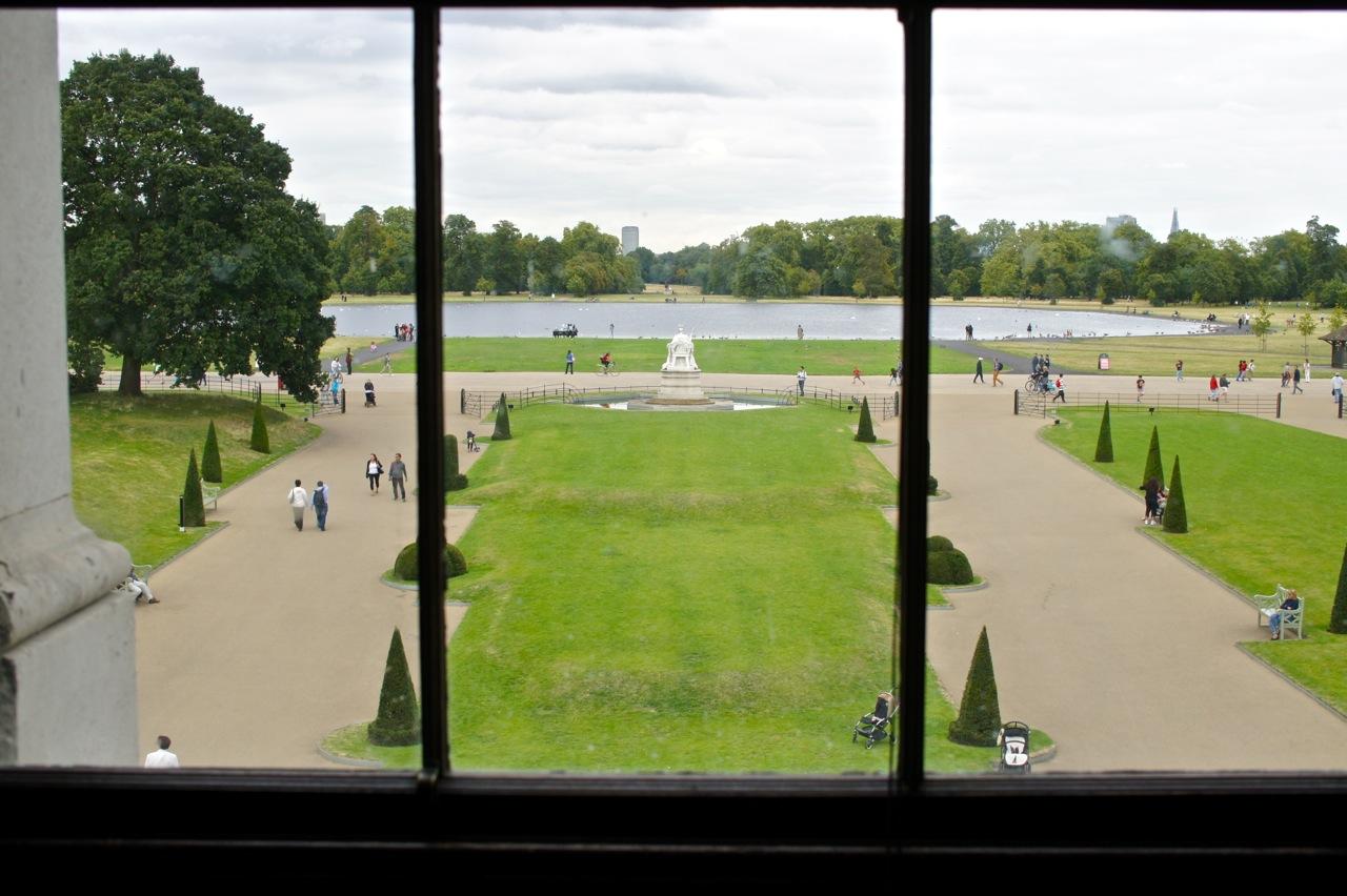 Vista do jardim através de uma janela do palácio.  Além da expo Fashion Rules, pode-se visitar o resto do palácio que tem muitas salas lindas e história sobre a Rainha Victoria.