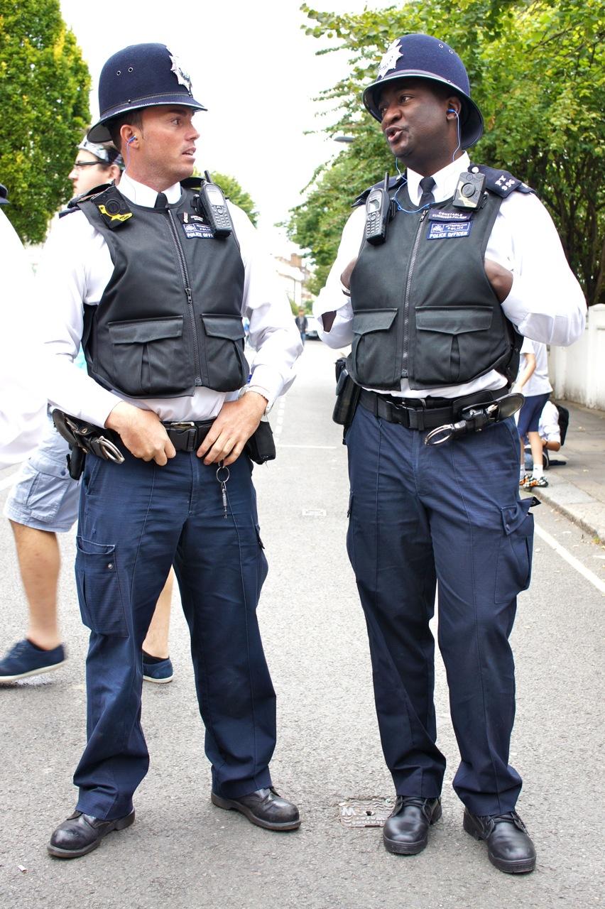 Tem muuuuita polícia para controlar a bagunça...