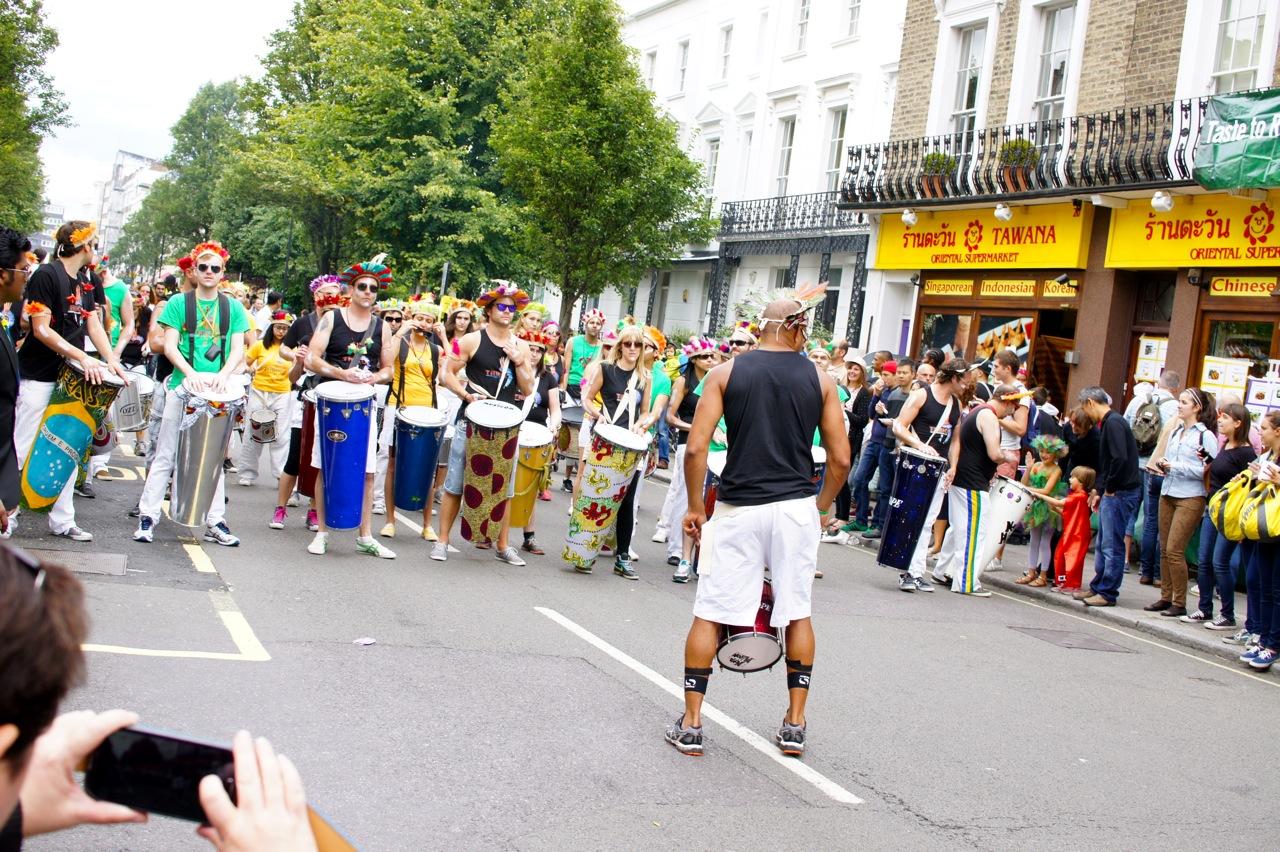 No final de Agosto, sempre tem-se o Notting Hill Carnival por dois dias, domingo e segunda que é um feriado.  No domingo a coisa é mais tranquila, e nós vamos assistir as crianças na passarela.  Já no domingo vira uma loucura!!