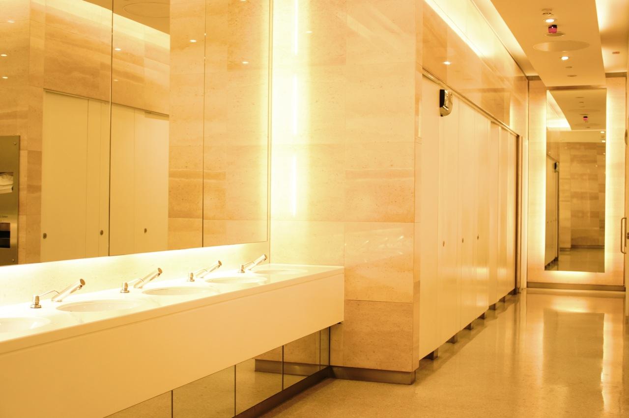 Amo uma ótima toalete pública!!