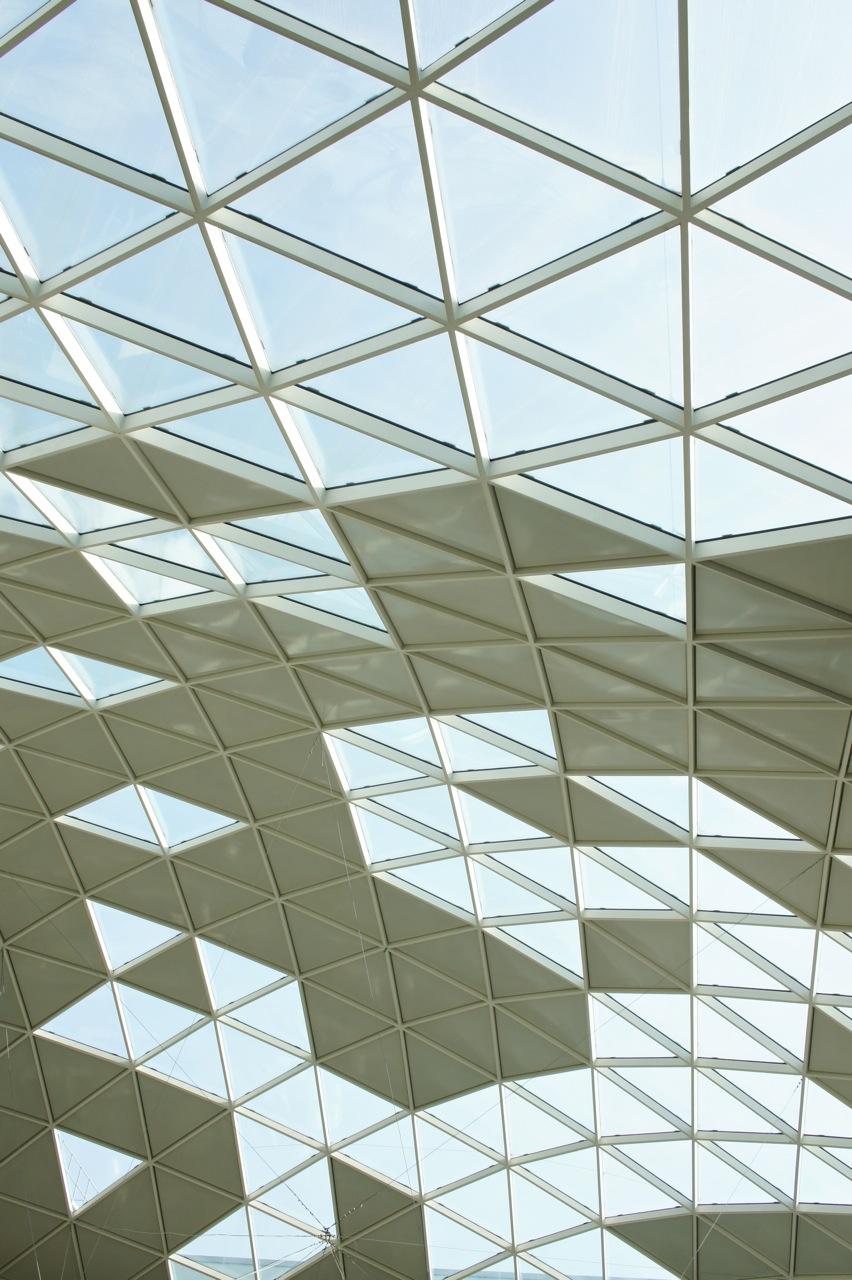 Dá uma sensação muito gostosa ter luz natural entrando por este fantástico teto...