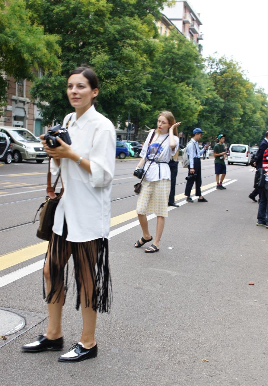 As tendencias da passarela já na rua (sapato baixo, Birkenstock e masculino, franjas)...ou é vice versa...