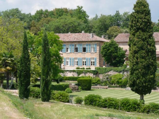 O Chateau Miraval que a família aluga todos os anos foi onde aconteceu o casamento.