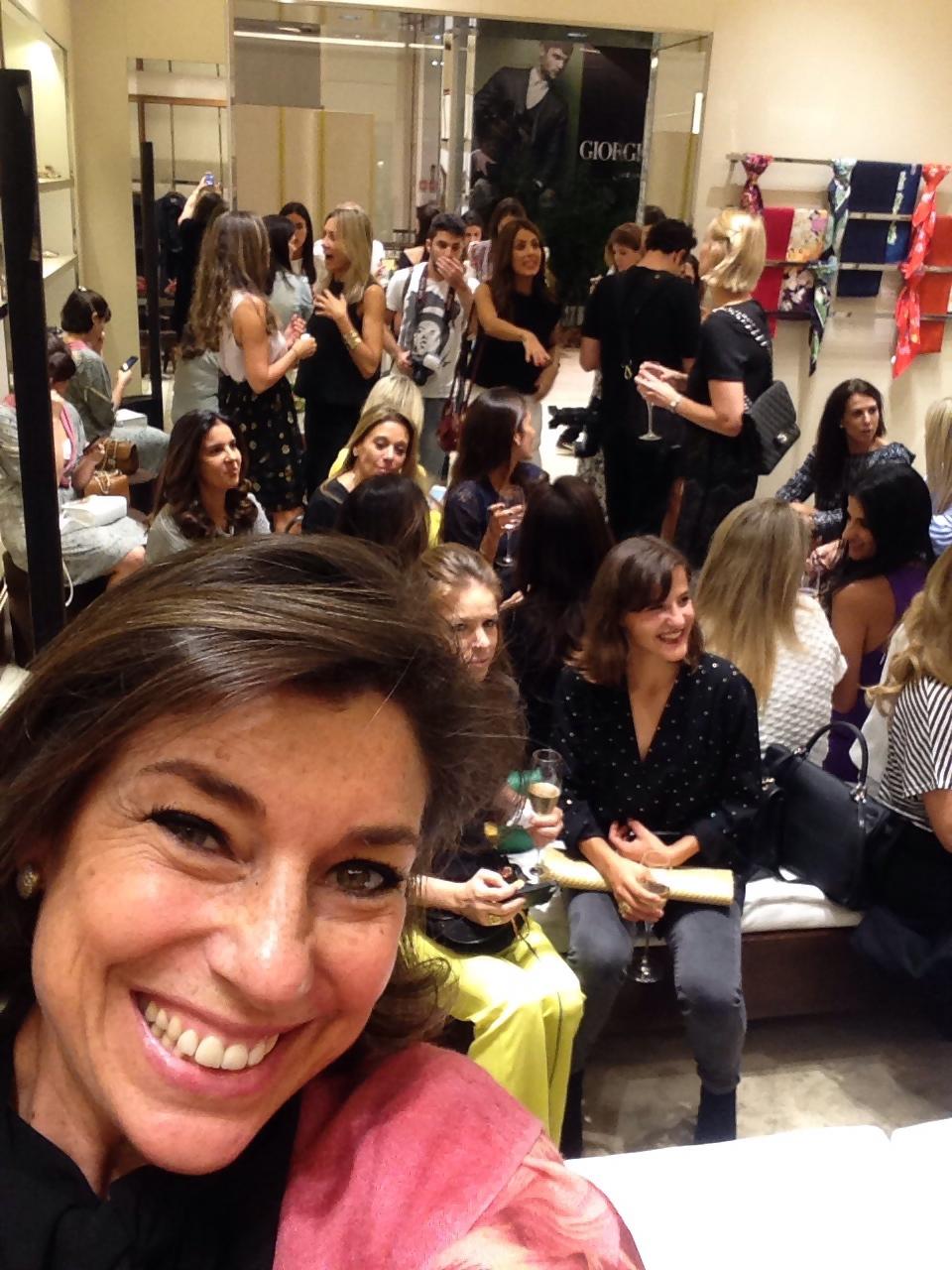 Selfie da sala cheia e animada!