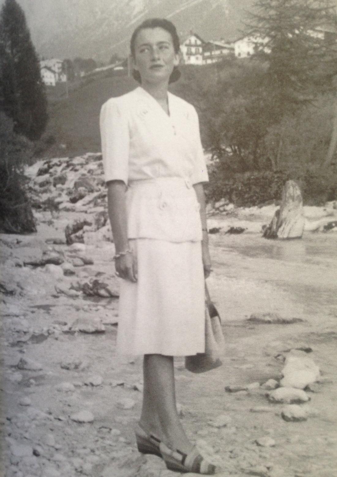 Minha avó em Cortina D'ampezzo nos anos 40 com sapatos Ferragamo.