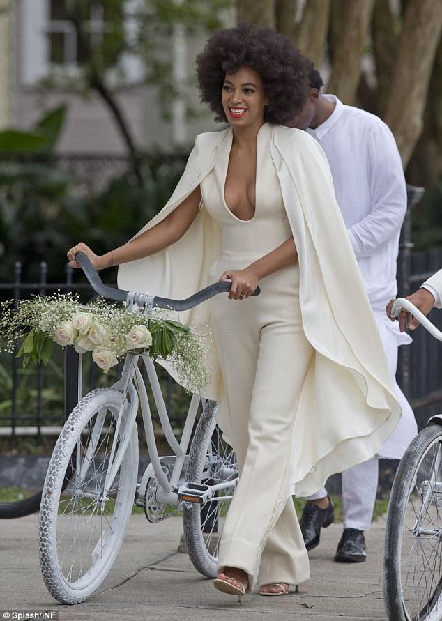 Depois da cerimônia a primeira troca de roupa e a saída em bicicleta.