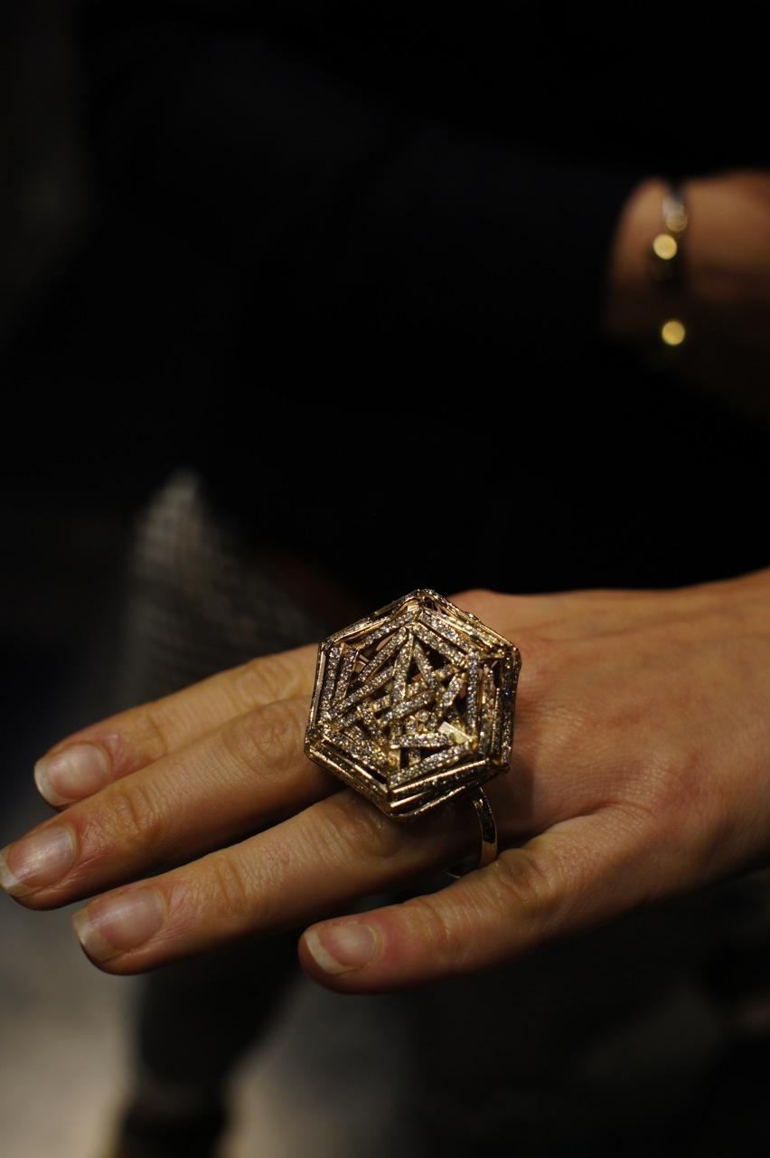 O PESO DA ESCOLHA: anel de dedo duplo com a reprodução de um diamante gigante que desabou devido ao peso (ele é articulado). O sentido artístico de Cristiano é enfatizar, de forma irônica, o peso do compromisso do noivado.