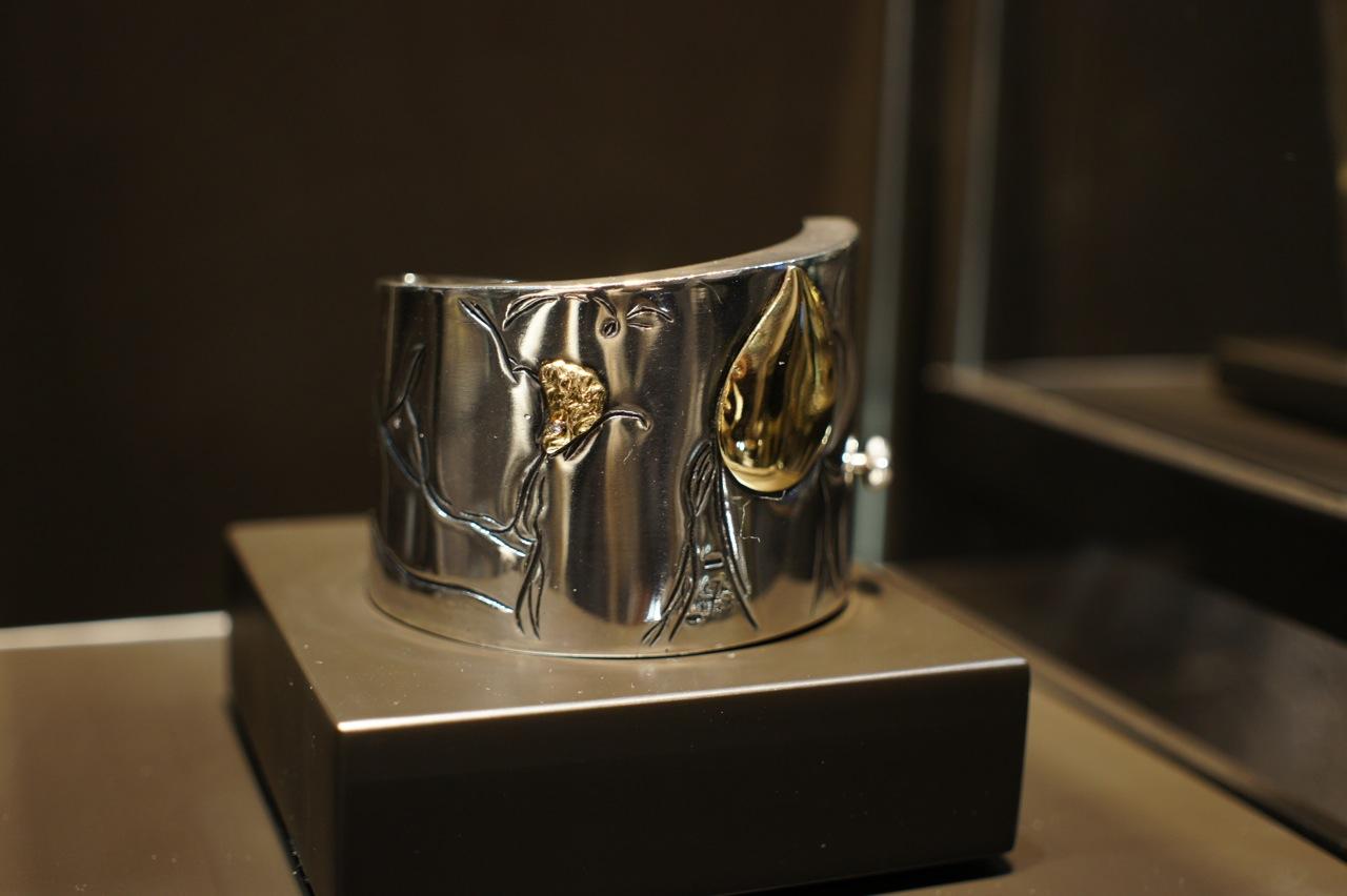 """Femina-""""pulseira rígida em prata com gravuras explícitas de corpos femininos"""""""