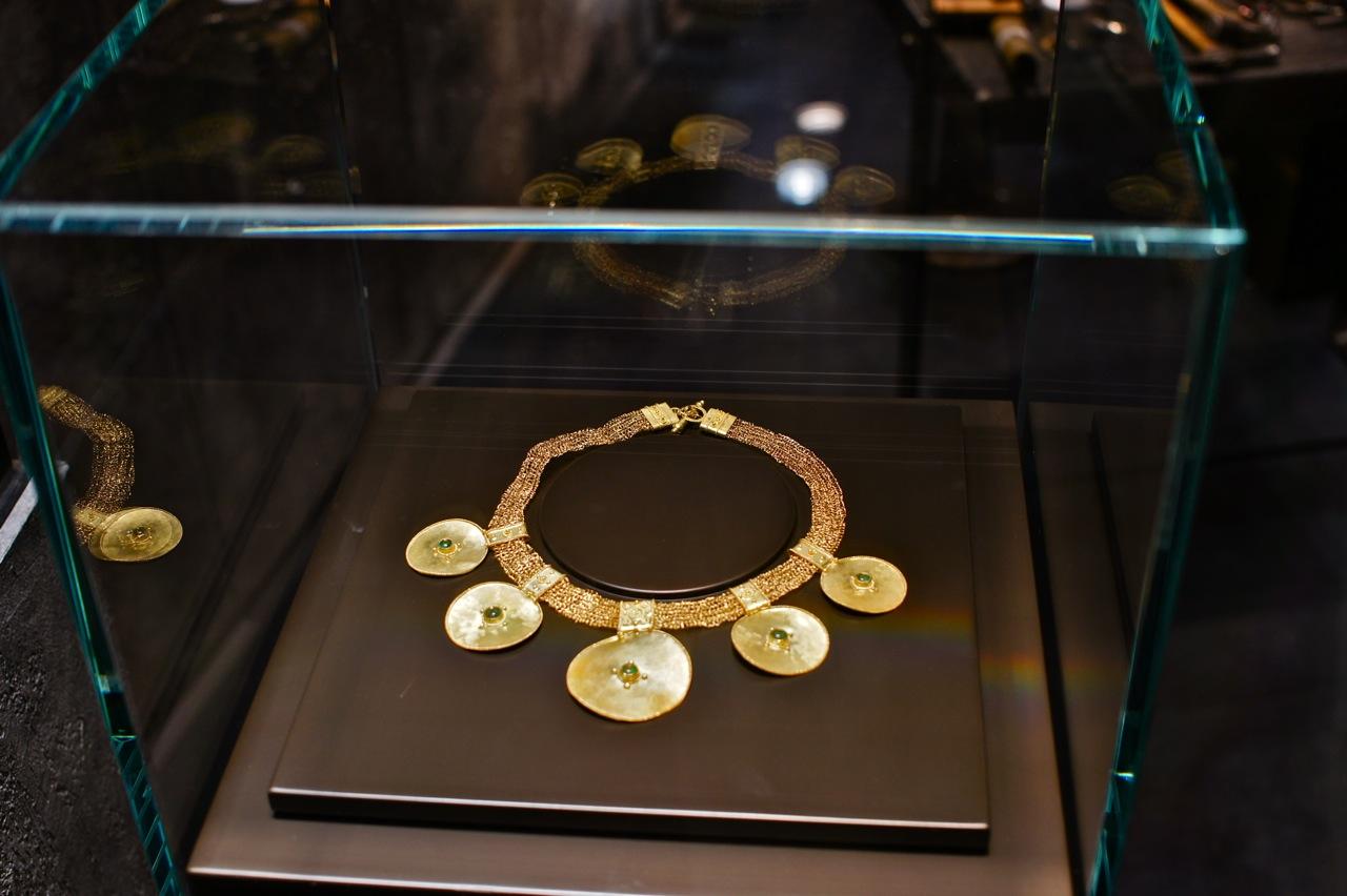 O maravilhoso colar que me chamou a atenção tem óbvias influências etruscas...