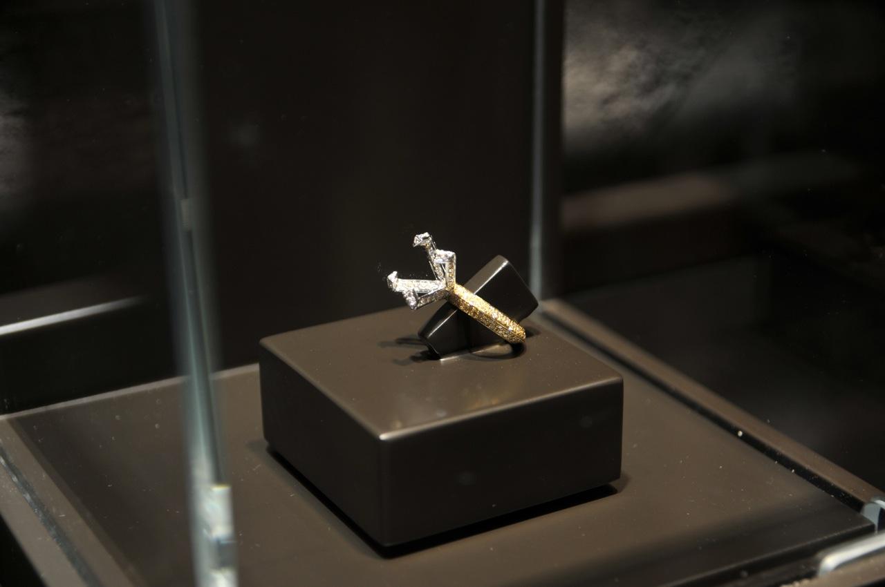 SOLITÁRIO POR ESCOLHA DE OUTROS: anel que reproduz só a mondadura de um anel solitário sem a pedra... e