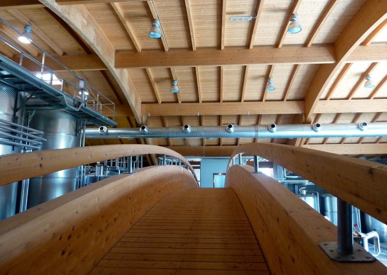 E, lá dentro, o revestimento em madeira que faz referencia aos barris de carvalho. Esta é uma ponte de onde se vê boa parte das instalações da Cantina.