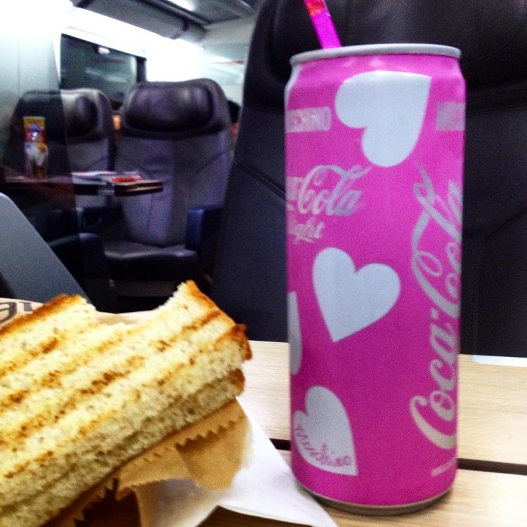 No trem (depois de Florença fui para Milão), lata de Coca Cola fashion!