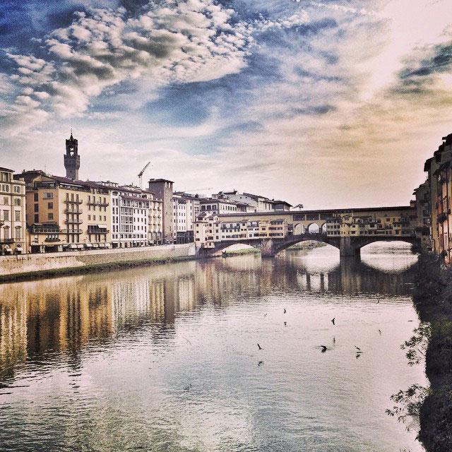 O Rio Arno e o Ponte Vecchio sábado logo cedo.  Foto do meu Instagram com váaaarios filtros!...