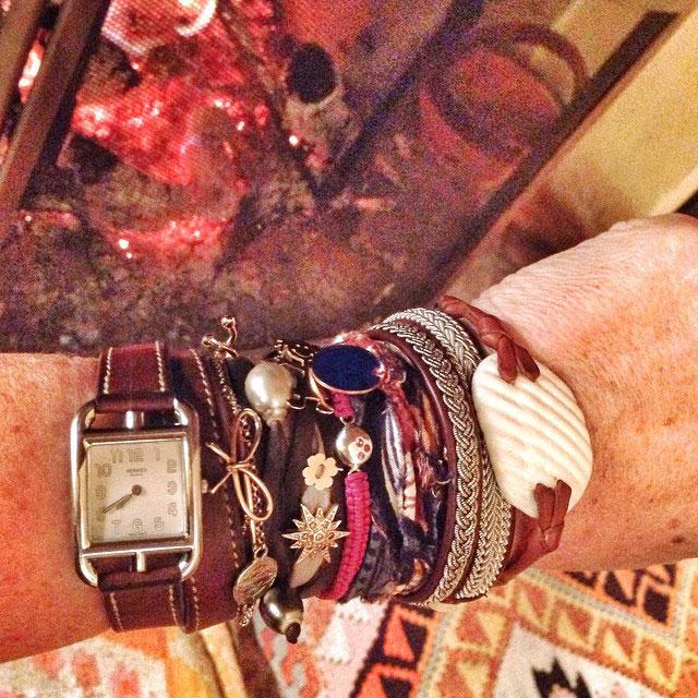 Esse é o pulseirismo mais recente. As duas peças de couro e prata são africanas e presente da Kika. O de concha é da Chez Dédé e a medalha redonda azul da Marie Antoinette.