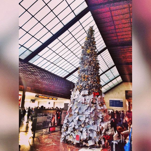 Na estação de trem de Florença, a árvore de Natal acolhe as cartas a Papai Noel...