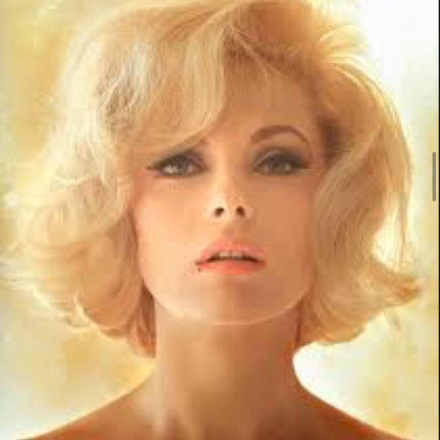 Indo à estação, soube que a belíssima Virna Lisi, estrela italiana glamurosa, brilha agora no céu...