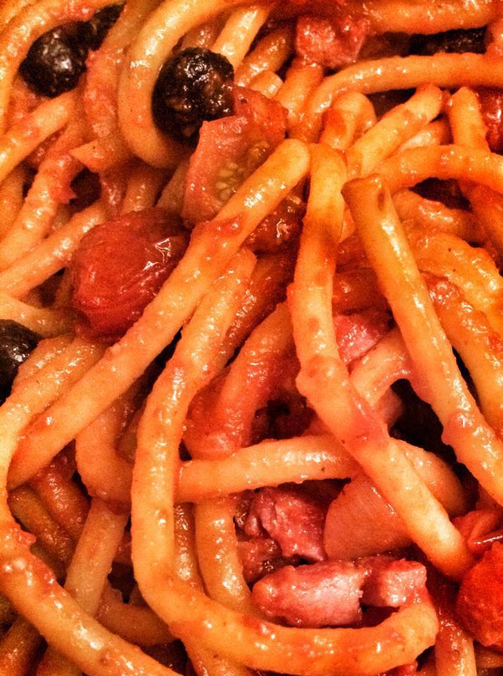 Pici all'amatriciana – o pici é uma pasta típica de Siena, normalmente feita a mão e bem mais grossa que o spaghetti. Seu formato e sua consistência (que é um pouquinho mais grudenta, devido à ausência de ovo) são perfeitos para molhos mais encorpados e pesados. (Foto: Simone Tortini)