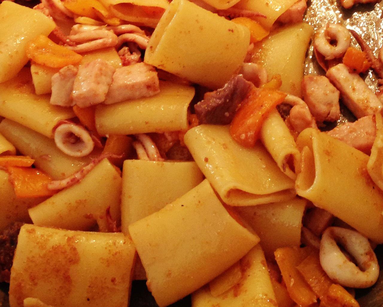 """Paccheri con calamari, pesce spada e peperoni gialli – o formato do paccheri combina maravilhosamente bem com molhos """"pedaçudos"""" feitos especialmente com peixe e frutos do mar – particularmente com lula."""