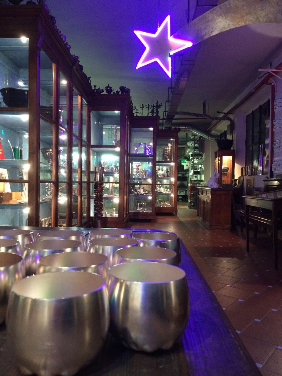 Sobre a mesa, copos de prata onde oferecem uma taça de vinho branco. Foto Robbie Leone