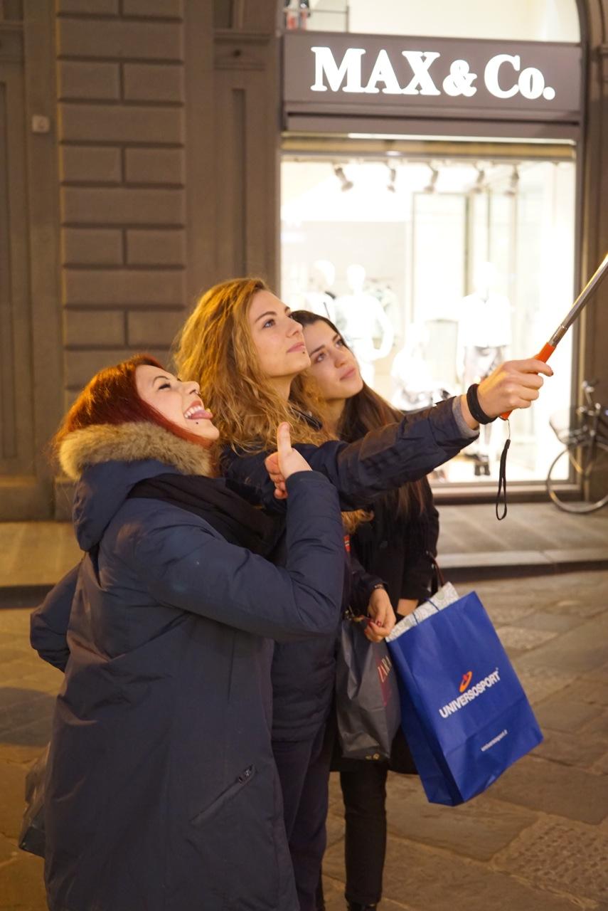 """Na frente, garotas intensas no Selfie. Esse cabo é """"o"""" ítem mais vendido por camelôs na cidade!"""