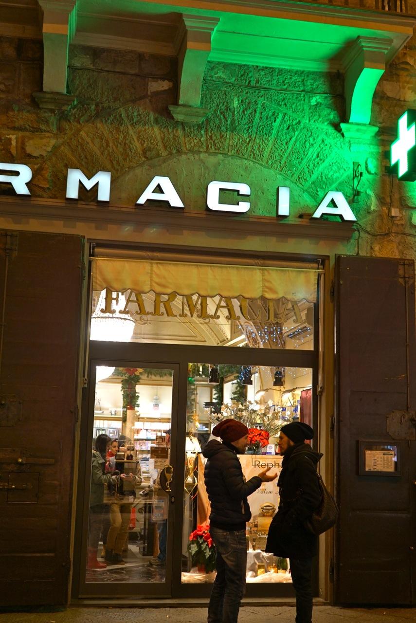 Uma das poucas farmácias que ficam abertas 24 horas está no centro na Via Calzaiuoli.