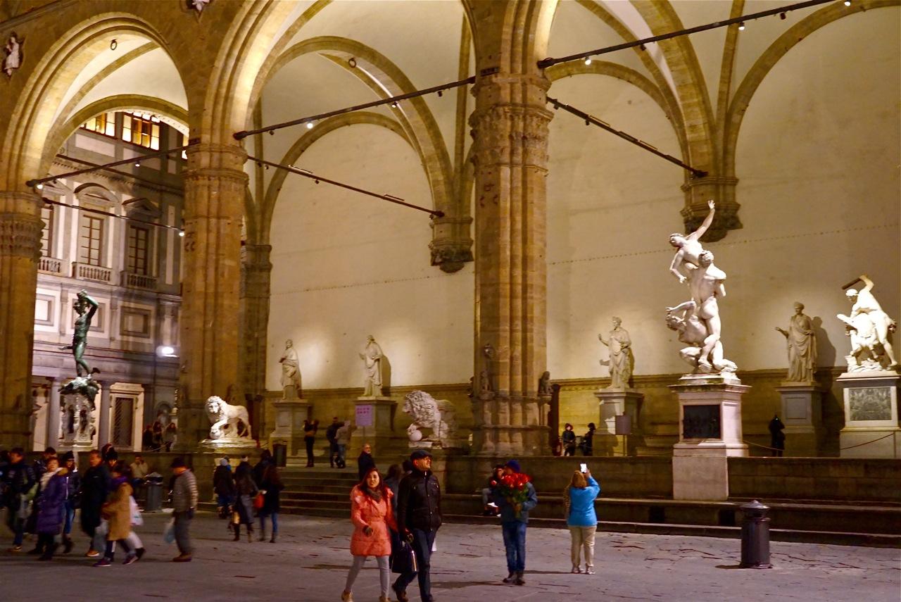 A Loggia dei Lanzi na Piazza della Signoria é um museu a céu aberto com algumas das estátuas mais lindas da história humana!