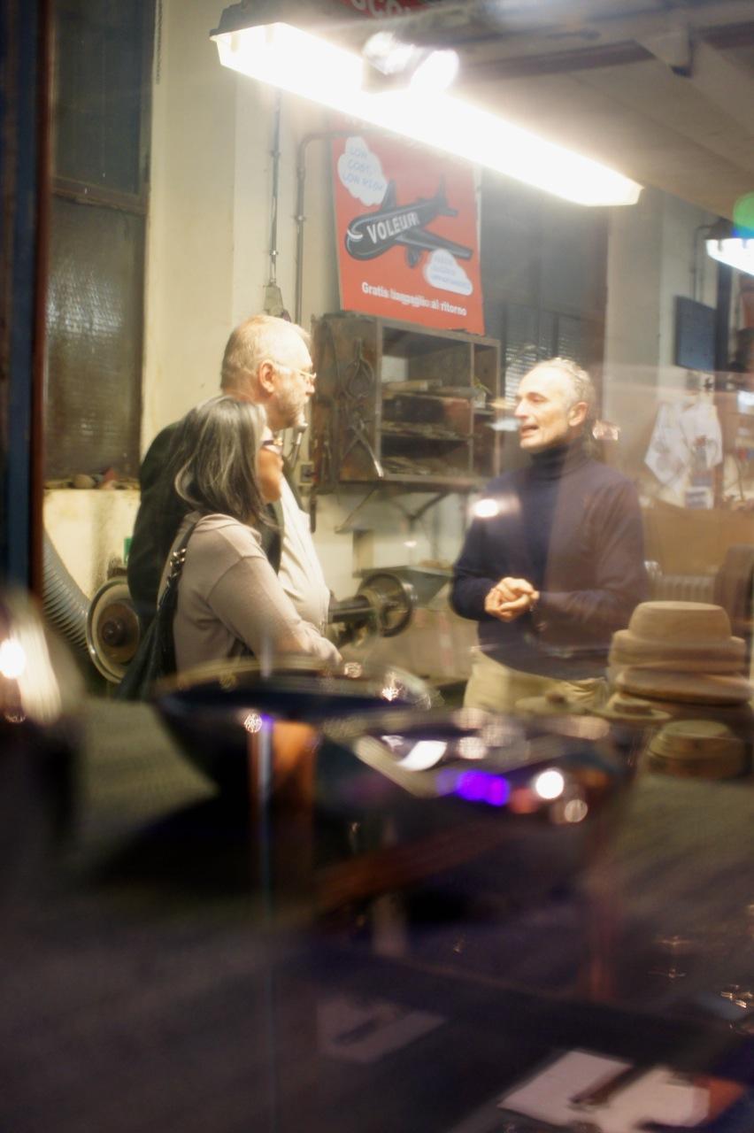 Atrás das vitrines estão as máquinas e Pampa explica a seu amigo de anos, Gino Buccellati.