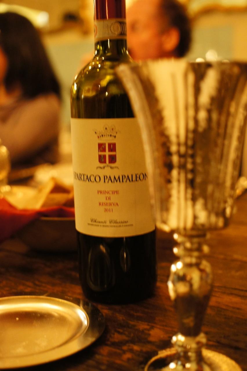 O vinho do Pampa.  Muito, muito bom!  A etiqueta é uma brincadeira com o establishment!